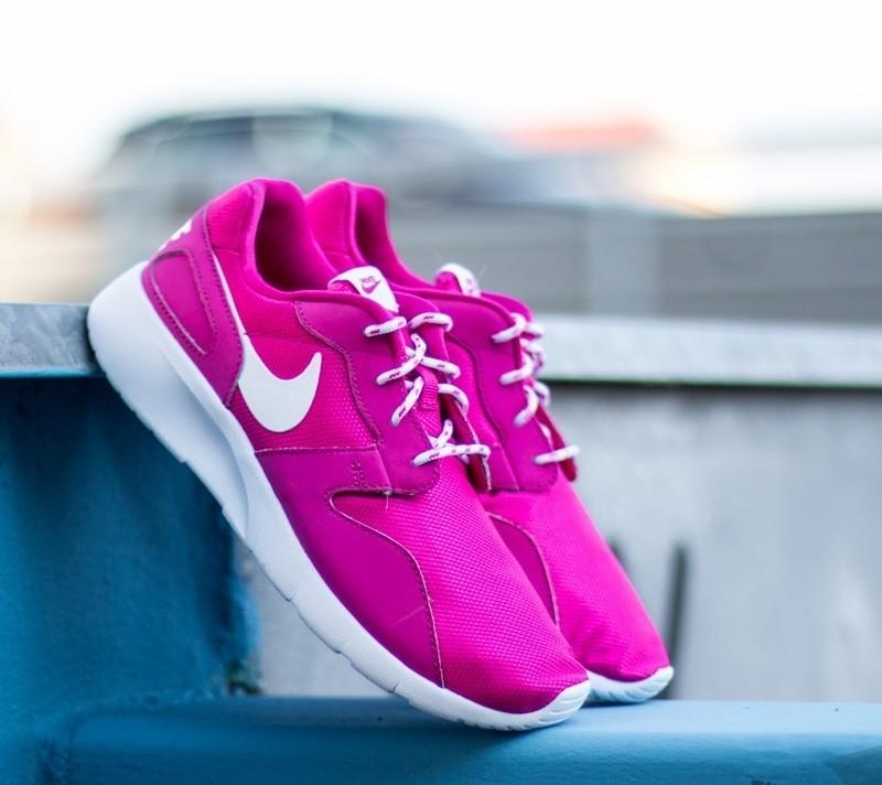 Как носить и с чем сочетать женские кроссовки ярких цветов