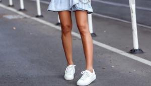 Идеи стильных летних образов с кроссовками